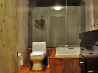 CORTéS Arquitectos Industrial style bathrooms