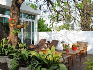 CORTéS Arquitectos Tropical style balcony, porch & terrace