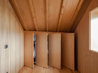 The Three Cusps Chalet Tiago do Vale Arquitectos Eclectic style dressing rooms