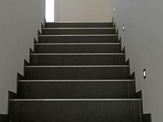 Einfamilienhaus in Freising Herzog-Architektur Moderner Flur, Diele & Treppenhaus