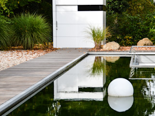 design@garten - Alfred Hart - Design Gartenhaus und Balkonschraenke aus Augsburg Garage / Hangar minimalistes Bois composite Blanc