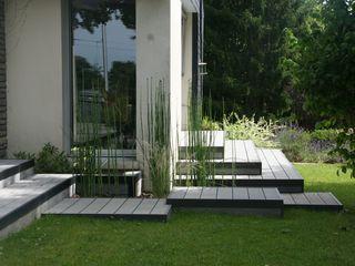Aménagement d'une terrasse en bois composite gris EURL OLIVIER DUBOIS Jardin moderne