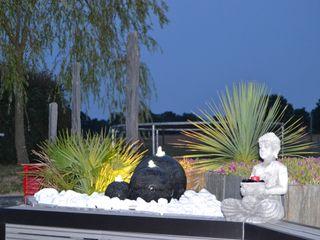 Création d'un univers contemporain intégrant une terrasse mixte, travertin de marbre blanc et bois composite gris anthracite, un parterre en palis d'ardoise avec éclairage et fontaine EURL OLIVIER DUBOIS Jardin moderne