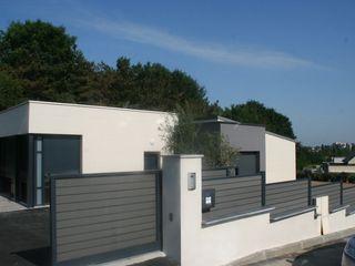 Aménagement complet autour d'une maison d'architecte, cour en enrobé et muret, clôture et portail EURL OLIVIER DUBOIS Jardin moderne