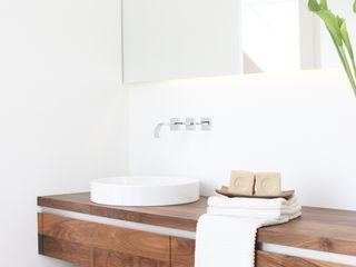 BAD IM DACHGESCHOSS Eva Lorey Innenarchitektur Minimalistische Badezimmer