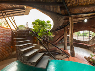 iSTUDIO Architecture Tropical style corridor, hallway & stairs