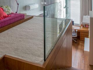 Mirante House Gisele Taranto Arquitetura Ingresso, Corridoio & Scale in stile moderno