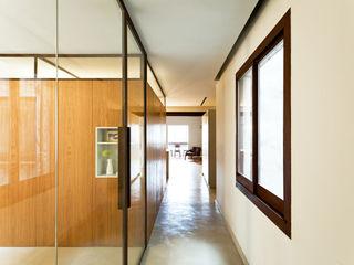 La ventana indiscreta ACABADOMATE Dormitorios de estilo moderno