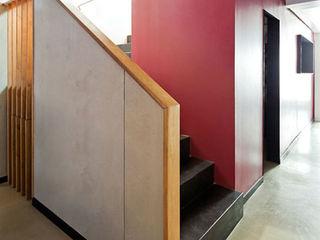 Putxinellis ACABADOMATE Pasillos, vestíbulos y escaleras de estilo moderno