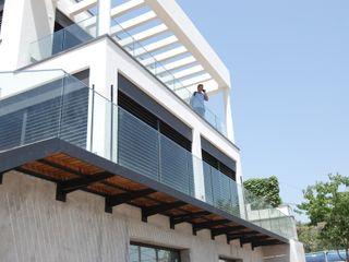 Detached house in La Floresta FG ARQUITECTES 모던스타일 발코니, 베란다 & 테라스