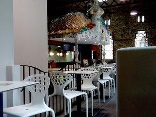 Casa Batllo para Telepizza Overstone Salones de estilo moderno