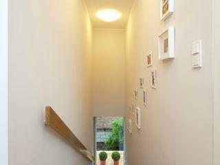 Cubus Projekt GmbH Modern corridor, hallway & stairs