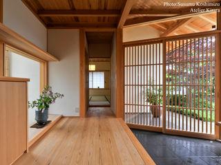 アトリエきらら一級建築士事務所 Modern corridor, hallway & stairs
