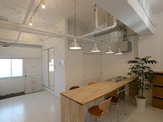 若竹ビル の シェアオフィス SHUSAKU MATSUDA & ASSOCIATES, ARCHITECTS モダンな キッチン