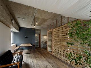 蘆田暢人建築設計事務所 Ashida Architect & Associates Salas de estilo rústico
