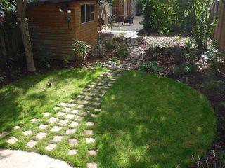 Long suburban Garden Fenton Roberts Garden Design Jardins rústicos