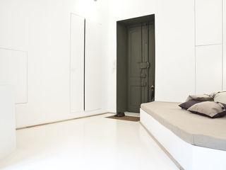 3 VAULTS R3ARCHITETTI Ingresso, Corridoio & Scale in stile minimalista