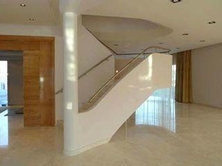 Florian Eckardt - architectinamsterdam Modern corridor, hallway & stairs