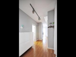 NBArchitects Modern corridor, hallway & stairs