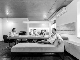office M-03 VALENTIROV&PARTNERS Estudios y despachos de estilo minimalista