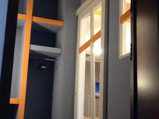 Alloggio su due livelli UAU un'architettura unica Ingresso, Corridoio & Scale in stile moderno