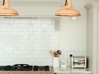 The Clapham Classic English Kitchen by deVOL deVOL Kitchens Кухня