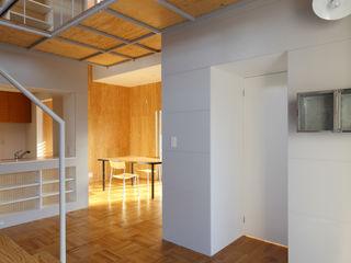 アトリエ ヴォイド・セット一級建築士事務所 Modern Corridor, Hallway and Staircase
