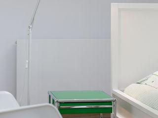 REFORM Konrad Grodziński Dormitorios de estilo moderno
