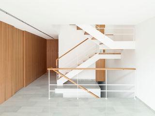 Casa CP Alventosa Morell Arquitectes Minimalist corridor, hallway & stairs