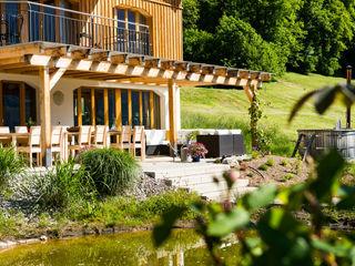 Visions Haus Moderne balkons, veranda's en terrassen
