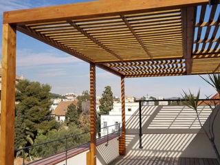 PÉRGOLA PARA TERRAZA EN PISO DE BARCELONA mobla manufactured architecture scp Balcones y terrazas de estilo colonial