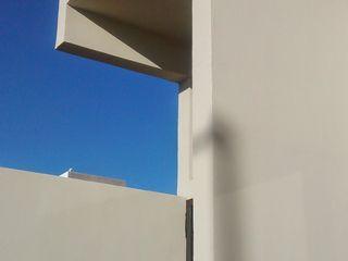 Entrada II Guiza Construcciones Espacios comerciales de estilo minimalista