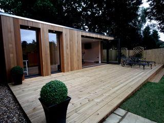 Stunning garden treatment room and gymnasium suite The Swift Organisation Ltd Moderne tuinen