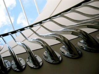 'Wave' sculptural balustrade in hand cast aluminium Zigzag Design Studio (Sculptural Structures) Couloir, entrée, escaliers modernes