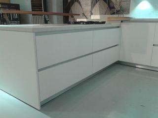 Showrrom: Laminada blanca TG KITCHENAMBIENT Cocinas de estilo minimalista