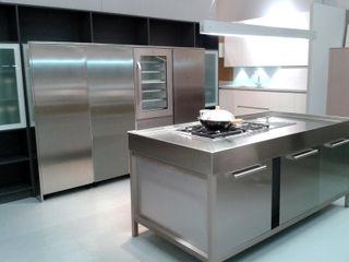 Showroom: Laminado y acero inoxidable TG KITCHENAMBIENT Cocinas de estilo moderno