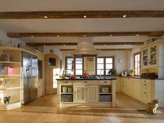 Beinder Schreinerei & Wohndesign GmbH Country style kitchen