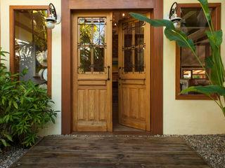 PM Arquitetura Rustic style windows & doors