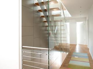 Neubau Einfamilienhaus mit Doppelgarage in Düsseldorf Architekturbüro J. + J. Viethen Moderner Flur, Diele & Treppenhaus
