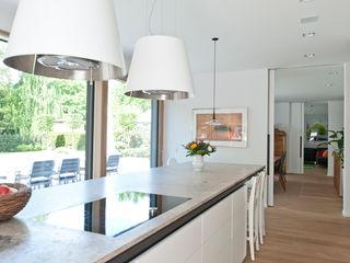 Neubau Einfamilienhaus mit Doppelgarage in Düsseldorf Architekturbüro J. + J. Viethen Moderne Küchen