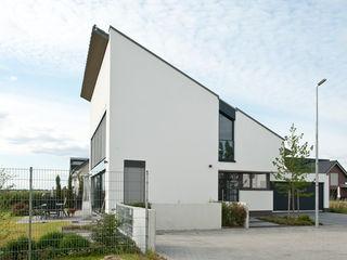 Neubau Einfamilienhaus mit einer Doppelgarage in Erkelenz Architekturbüro J. + J. Viethen Moderne Häuser
