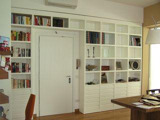 Una casa per 5 Arch. Silvana Citterio Ingresso, Corridoio & Scale in stile moderno
