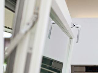 Proxima: quando design e tecnologia si incontrano Impronta Finestre & Porte in stile moderno