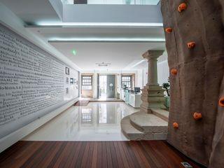Reabilitação de Edifício Sede Social dos Amigos da Montanha - Associação de Montanhismo de Barcelinhos Risco Singular - Arquitectura Lda Corredores, halls e escadas modernos