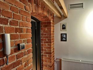 REFORM Konrad Grodziński Pasillos, vestíbulos y escaleras de estilo moderno
