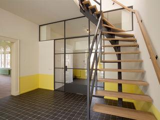 Architectenbureau Vroom Country style corridor, hallway& stairs