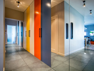 INSPACE Ingresso, Corridoio & Scale in stile moderno