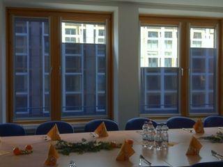 Verwaltungsgebäude München -- innenliegender Sonnen- und Blendschutz ah-rol Folienrollosysteme UG (hb) Moderne Bürogebäude