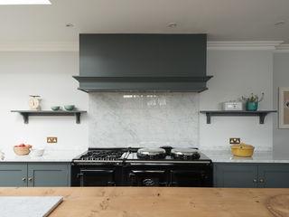 The Hampton Court Kitchen by deVOL deVOL Kitchens Кухня