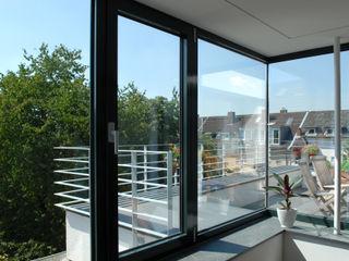 Corneille Uedingslohmann Architekten Balkon, Beranda & Teras Modern